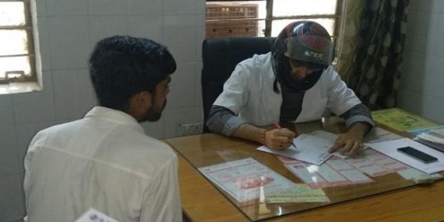 राजस्थान में डॉक्टरों ने हेलमेट पहनकर मरीज देखे, 2 घंटे किया ओपीडी का बहिष्कार