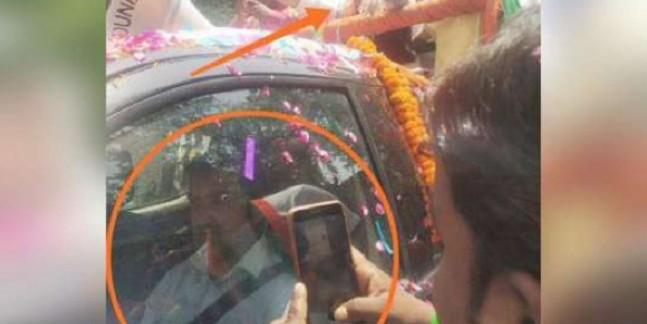 रोड शो के दौरान AC गाड़ी में बैठे रहे गौतम गंभीर, जनता पहनाती रही 'हमशक्ल' को माला