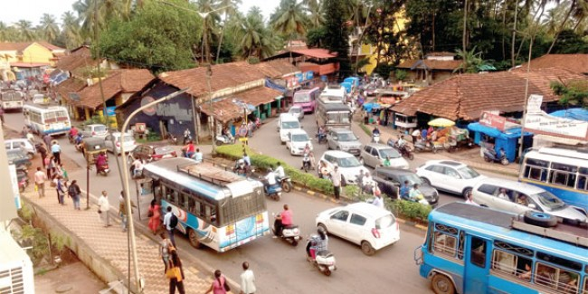 Signboard comes crashing down on four-lane highway at Dabolim