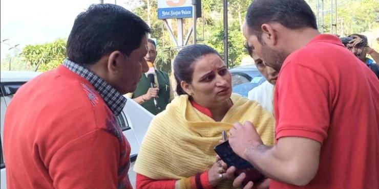 दयाल प्यारी के चुनाव लड़ने से मना करने पर समर्थकों ने मचाया हंगामा