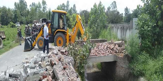 रामपुर में SP सांसद आजम खां के अवैध कब्जा पर चला बुलडोजर, तोड़ी गई हमसफर रिजॉर्ट की दीवार
