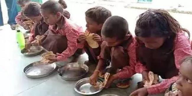 मिर्जापुर: मिड डे मील में नमक-रोटी परोसने का वीडियो बनाने वाले पत्रकार पर भी केस दर्ज