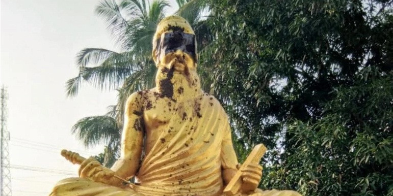 Statue of poet, whose photo BJP tweeted with saffron clothes on, vandalised