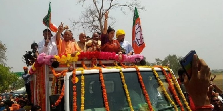 रोड शो शुरू होने से पहले स्मृति ने राहुल गांधी पर किया हमला, मुख्यमंत्री योगी भी मौजूद