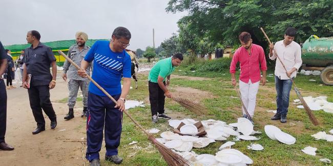 रांची में जेवीएम सुप्रीमो बाबूलाल मरांडी ने की प्रभात तारा मैदान की सफाई