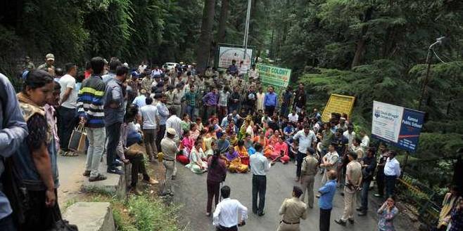 हिमाचल के कुल्लू में स्टूडेंट्स ने चंडीगढ़-मनाली हाईवे किया जाम