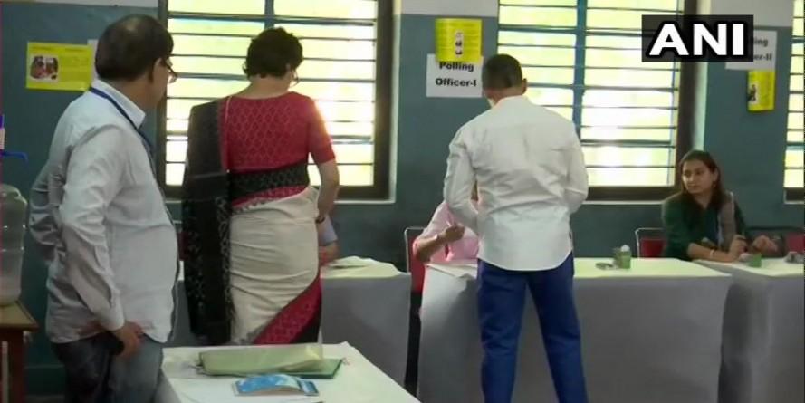 वोट डालकर बोलीं प्रियंका गांधी- ये देश को बचाने का चुनाव, BJP की हार तय