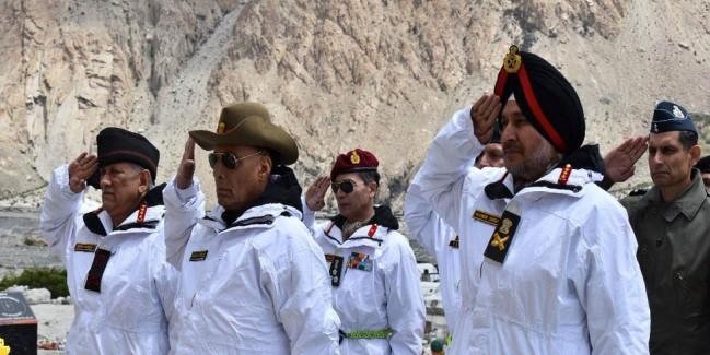 सियाचिन पहुंचे राजनाथ सिंह, जवानों का संबोधित करते हुए कहा- 'आपके साहस और जज्बे को सलाम'
