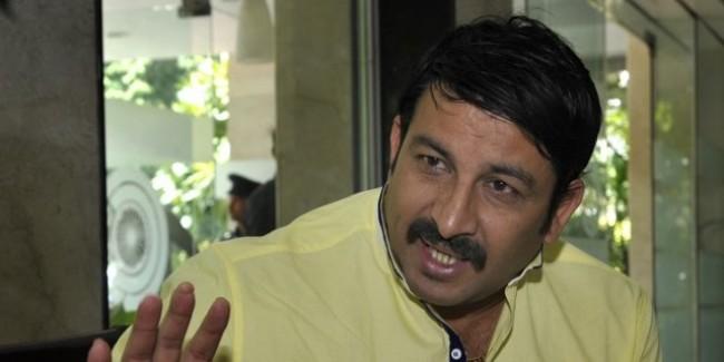 मनोज तिवारी से मिले AAP विधायक हाजी इशराक खान, अटकलों का बाजार गर्म