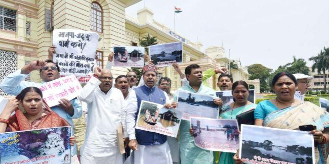 बिहार में बाढ़: पटना में विपक्ष का प्रदर्शन, बोले- सो रही है सरकार