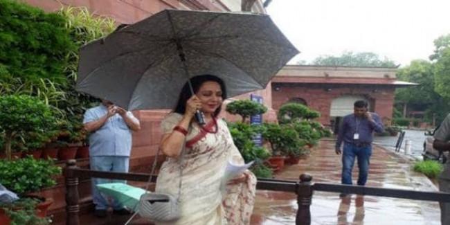 दिल्ली की बारिश... हेमा की छतरी... संसद में कुछ यूं दिखा अलग अंदाज