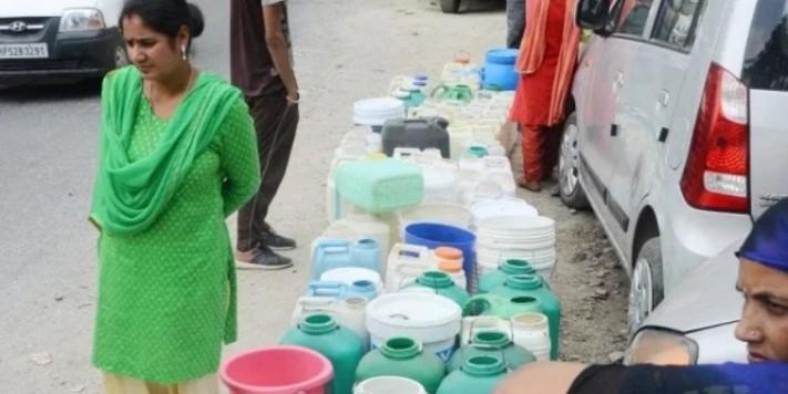 दिल्ली के कई इलाकों में आज पानी की किल्लत, जनकपुरी में भाजपाइयों ने फोड़ी मटकी