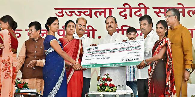 उज्ज्वला दीदी सम्मेलन : गुमला में मुख्यमंत्री रघुवर दास बोले, मजदूरी भुगतान में झारखंड अव्वल