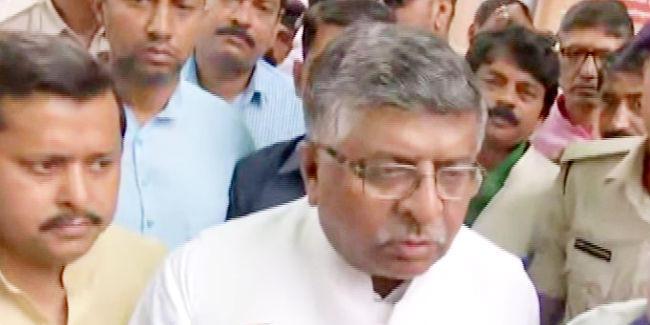 डेंगू की चपेट में आया बिहार, पीएमसीएच में डेंगू के मरीजों से मिले केंद्रीय कानून मंत्री, कहा...