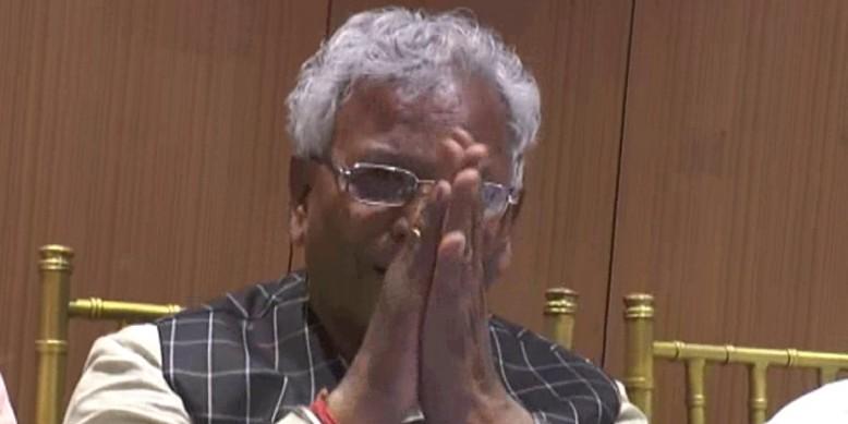 जब पत्रकारों के सवालों पर कान पकड़ कर माफी मांगने लगे बीजेपी सांसद