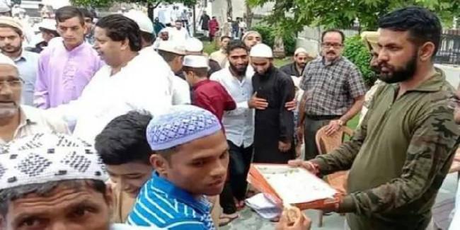 श्रीनगर में अमन की ईद: नमाजियों से गले मिले पुलिसवाले, बांटी मिठाई