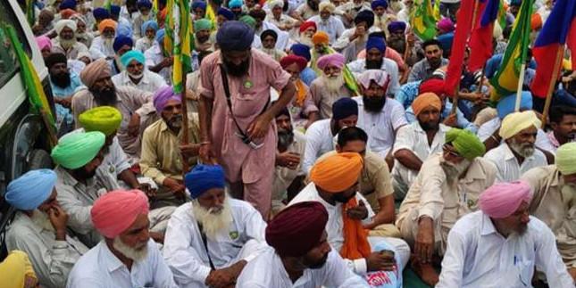 चंडीगढ़ कूच कर रहे किसानों को पुलिस ने जिलों में ही रोका, सड़क जाम कर किया प्रदर्शन