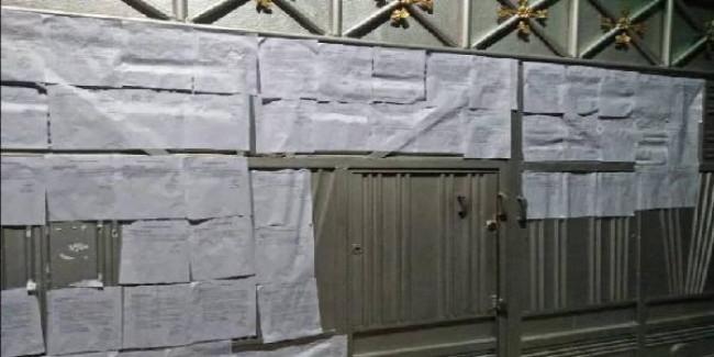 यूपी: आजम खां के घर का दरवाजा नोटिसों से ढका, देखकर लोग हुए हैरान