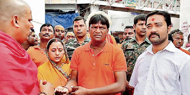 देवघर : विधायक ढुल्लू महतो, गायक अरविंद अकेला पहुंचे बाबा मंदिर, एक लाख कांवरियों ने किया जलार्पण