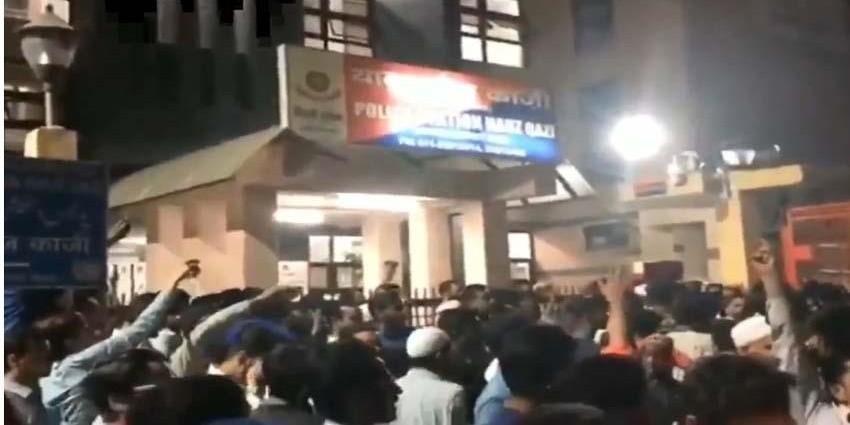 #ChandniChowk: WhatsApp अफवाह के चलते छोटे से विवाद ने लिया सामुदायिक दंगे का रुप