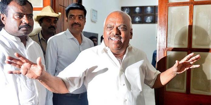 कर्नाटक के 3 विधायक हुए अयोग्य, लेकिन चुनाव आयोग पलट सकता है खेल