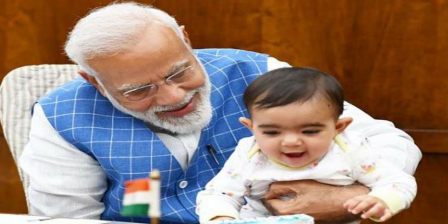 अपने दफ्तर में नन्हे मेहमान से मिले पीएम मोदी, बच्चा सोशल मीडिया पर हुआ सुपरहिट