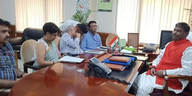 अर्जुन मुंडा ने जनजातीय मामलों के मंत्रालय का पदभार संभाला, अधिकारियों के साथ की बैठक