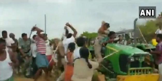 तेलंगाना: TRS कार्यकर्ताओं का पुलिस टीम पर हमला, महिला पुलिसकर्मी को लाठियों से पीटा