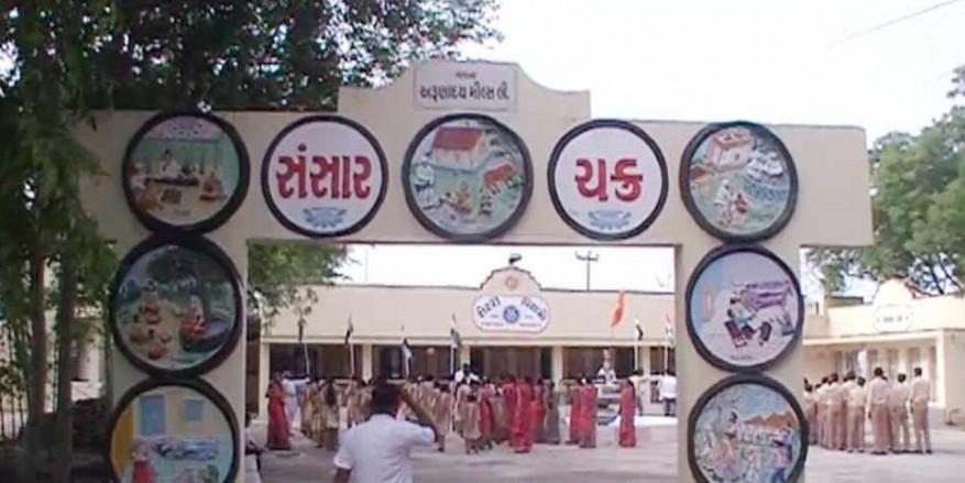 मोरबी में स्कूली बच्चों ने श्मशान की जमीन पर फहराया तिरंगा, CM रुपाणी ने छोटाउदेपुर में किया ध्वजवंदन
