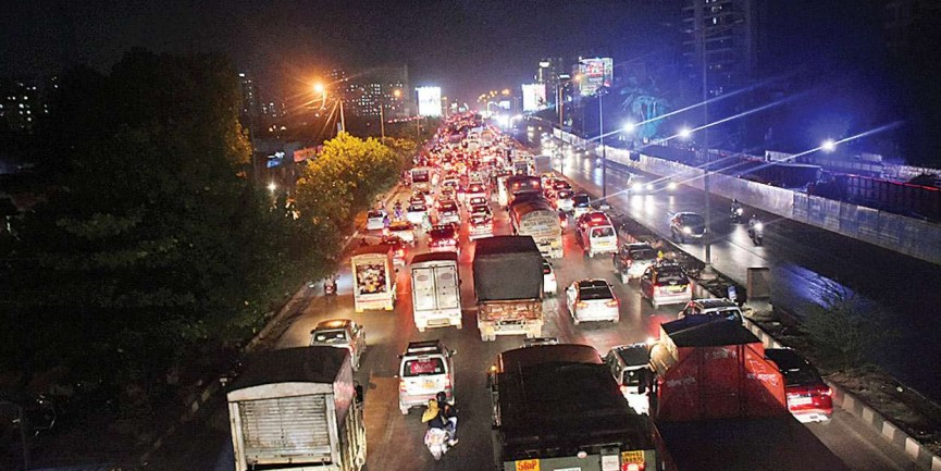 Chief Minister Devendra Fadanvis's hand of help for gridlocked city