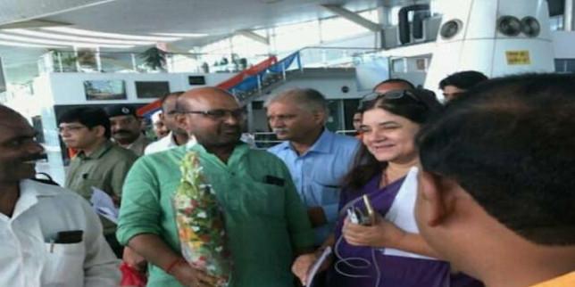 मुख्यमंत्री से मिलने के बाद सुल्तानपुर पहुंची सांसद मेनका गांधी, फूलों से हुआ भव्य स्वागत