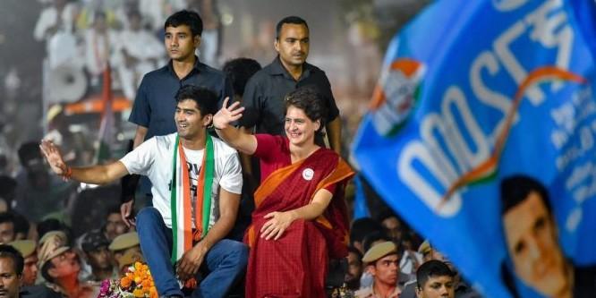 प्रियंका के रोड शो में लगे 'चौकीदार चोर है' के नारे, बॉक्सर विजेंद्र सिंह बोले- इस बार तो कांग्रेस ही जीतेगी