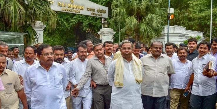कर्नाटक : राज्यपाल से मिले कुमार स्वामी, कांग्रेस-जेडीएस ने किया सरकार बनाने का दावा