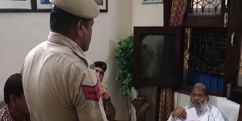 पुलिसकर्मी ने अनिल विज के सामने जोड़े हाथ, लगाई ये फरियाद