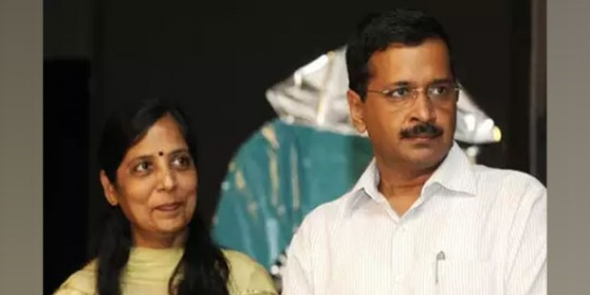 CM अरविंद केजरीवाल की पत्नी सुनीता केजरीवाल के वोटर कार्ड मामले में सुनवाई टली