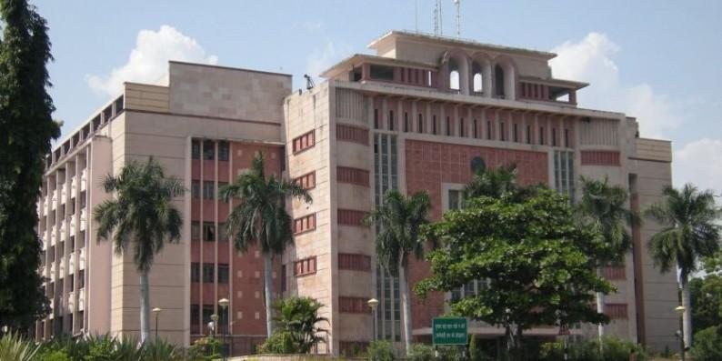 आधी रात में कमलनाथ सरकार ने भोपाल कलेक्टर को हटाया, 30 IAS अफसरों का तबादला