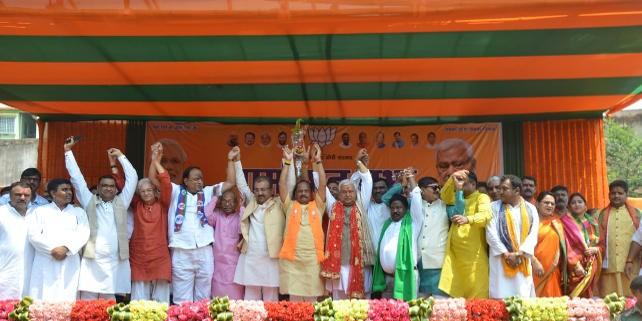 धनबाद में बोले मुख्यमंत्री रघुवर दास : बोरो व रिजेक्टेड प्लेयर के भरोसे कांग्रेस