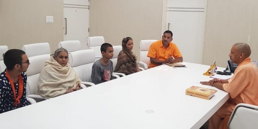 लखनऊ में CM योगी से मिला कमलेश तिवारी का परिवार, कातिलों के लिए फांसी की मांग