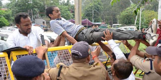 सरकार के अध्यादेश के खिलाफ आंदोलकारियों ने शहर में निकाली डौंर-थकुली रैली