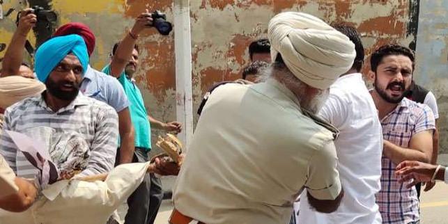 टेट पास बीएड बेरोजगारोंं ने मनप्रीत बादल के कार्यालय के बाहर प्रदर्शन, पुलिस ने खदेड़ा