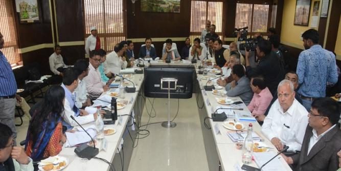 समीक्षा बैठक में सिंधिया बोले- प्रगति हो रही है, भाजपा ने कहा- किस हैसियत से ली बैठक