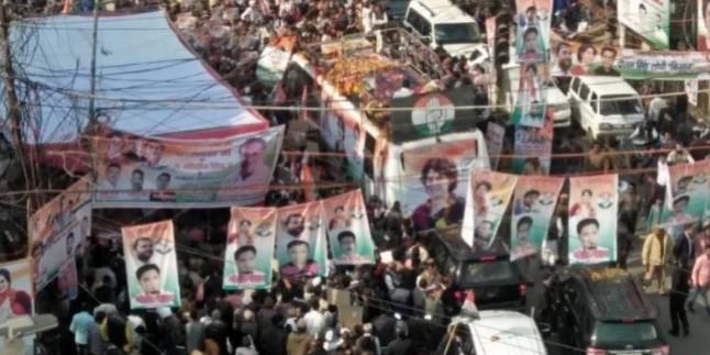रोड शो के दौरान तारों में उलझे राहुल-प्रियंका बस से नीचे उतरे, चाय पी और आगे बढ़े