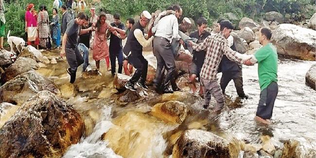 Bus Accident in Kullu: दर्दनाक मंजर देख युवाओं ने भी हारी हिम्मत