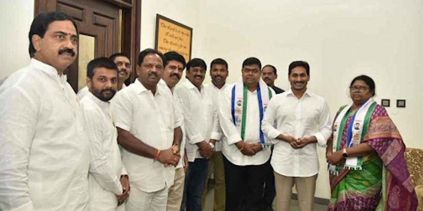 TDP leaders join YSRCP in Guntur