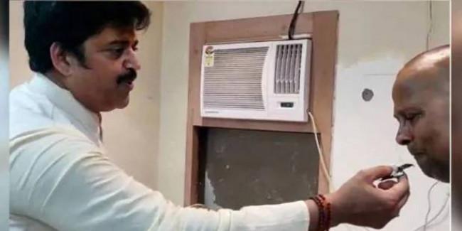 केक खिलाकर पुलिस अफसर से बोले रवि किशन- आपने चुनाव जिताने में खूब मदद की