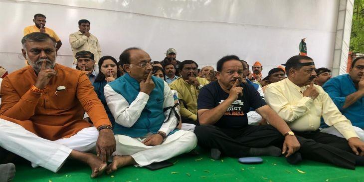 बीजपी नेता काली पट्टी बांध जंतर-मंतर पर बैठे, जानें क्या है पूरा मामला