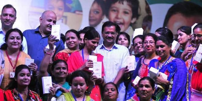 Kejriwal distributes smartphones to 10,000 anganwadi workers