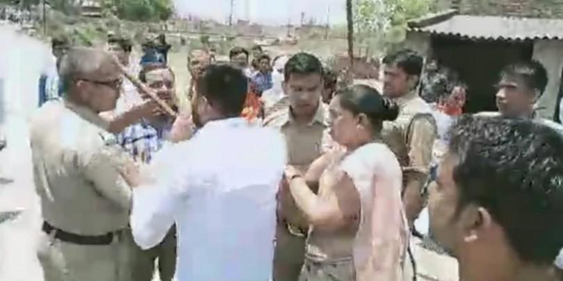 चंदौली के मतदान केंद्र पर भिड़े भाजपा-सपा कार्यकर्ता, विधायक पर पथराव, पुलिस ने किया लाठी चार्ज