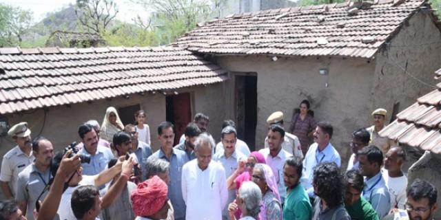 मुख्यमंत्री ने स्वयंसेवी संस्थाओं एवं ग्रामीणों से संवाद किया