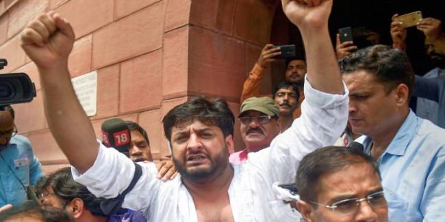 जम्मू-कश्मीर से हटाई गई धारा 370 तो PDP नेता ने संसद में फाड़े कपड़े, जमकर मचाया बवाल